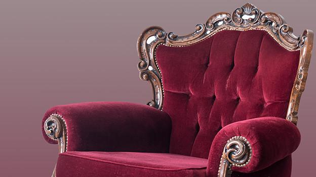 Bildcollage mit einem roten Sessel auf grauem Hintergrund.
