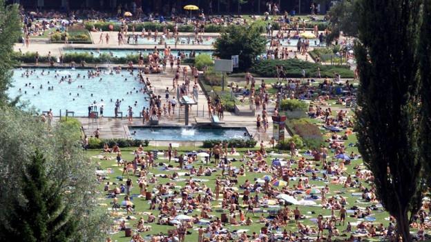 Aufnahme vom Marzilibad in Bern mit vielen Badegästen.