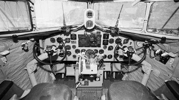 Cockpit in schwarzweiss-Aufnahme aus dem Jahr 1938.
