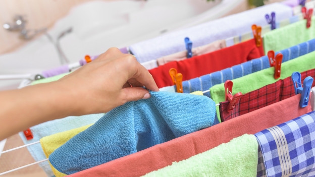 Eine Person hängt Wäsche auf.