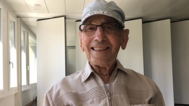 Senior mit Mütze.