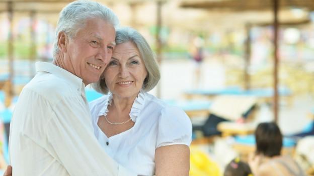 Seniorenpaar an Strand.