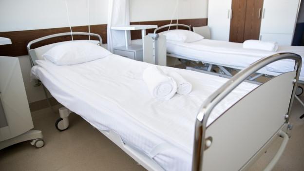Zwei Spitalbetten.