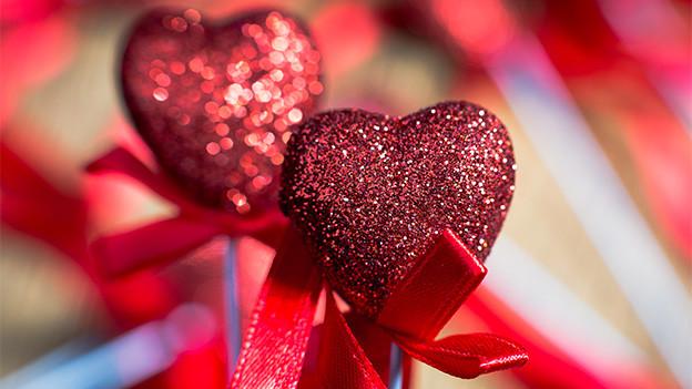 Dekoration mit zwei roten Herzen.