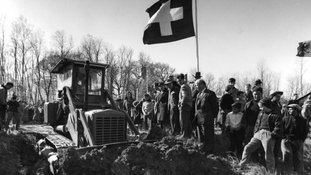 Baustelle in den 1950-er Jahre mit Schweizerfahne.