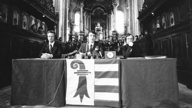 3. Februar 1977, bei der Zeremonie der Annahme der Verfassung des Kantons Jura durch den Verfassungsrat. Roland Béguelin, François Lachat, Joseph Boinay (von links)