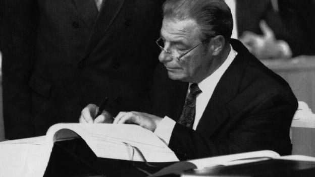 Bundesrat Jean-Pascal Delamuraz bei der Unterzeichnung des Abkommens ueber den Europaeischen Wirtschaftsraum, EWR, am 2. Mai 1992 in Porto, Portugal.