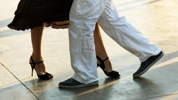 Ein Paar tanzt.
