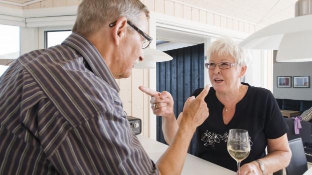 Zwei Senioren streiten.