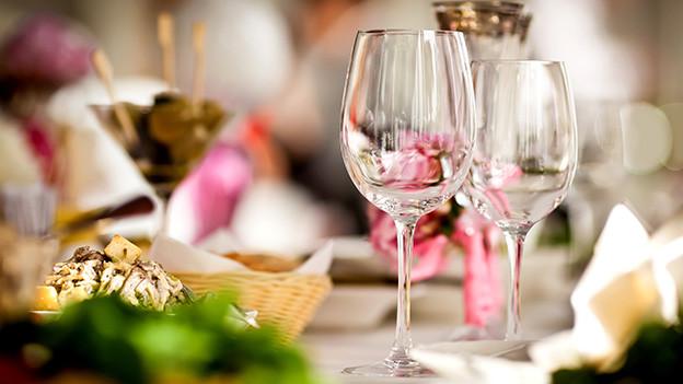 Ein schön gedeckter Tisch in einem Restaurant.