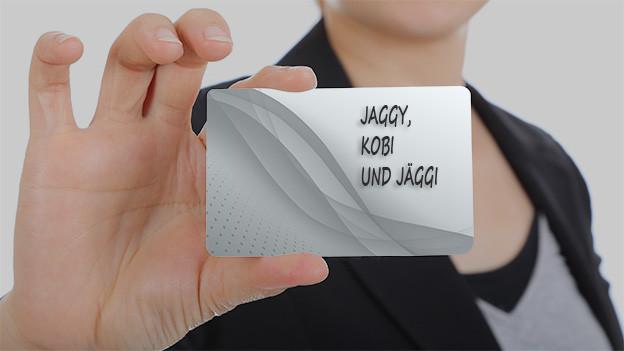 Hand hält Zettel mit Familiennamen.