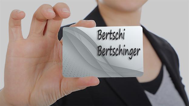 Konturen einer Frau, die eine Visitenkarte mit den Namen Bertschi und Bertschinger zeigt.