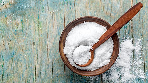 Ein hölzernes Gefäss gefüllt mit Salz.