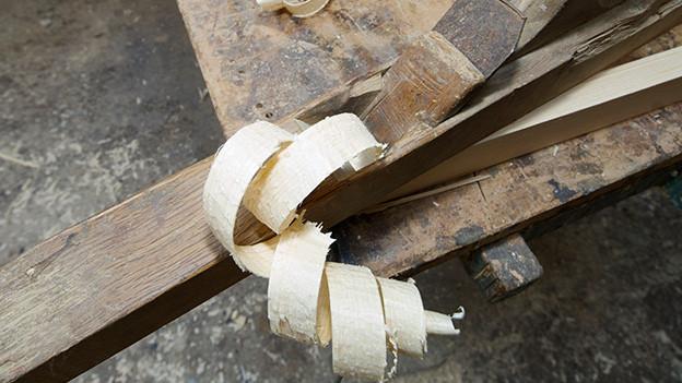 Holzspäne auf einer Werkbank.
