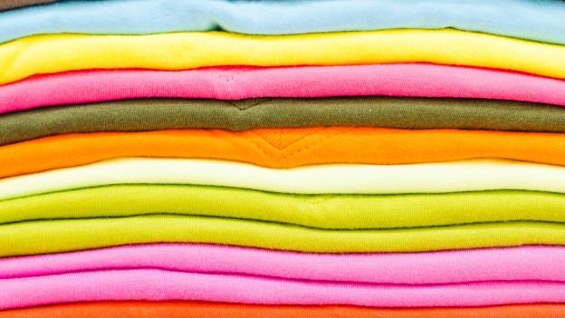 Verschiedenfarbige hellgefärbte Stoffe.