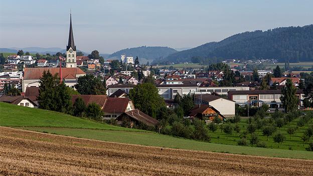 Blick auf ein Dorf mit Kirche.