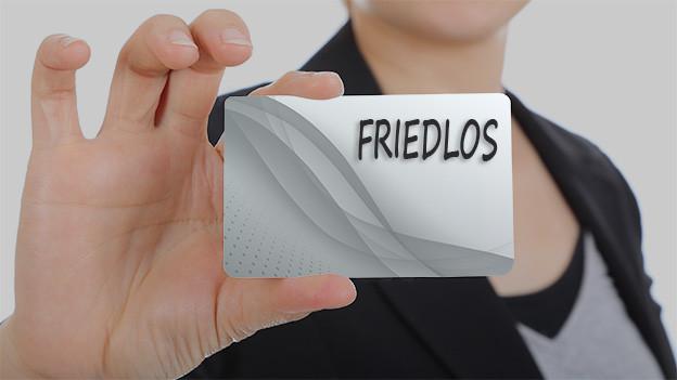 Konturen einer Frau, die eine Visitenkarte mit dem Namen Friedlos zeigt.