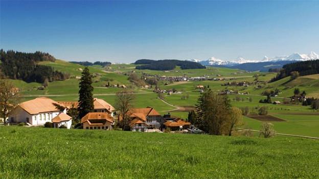 Häuser in einer ländlichen Umgebung.
