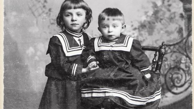 Zwei Kinder in einer schwarz-weiss-Aufnahme.