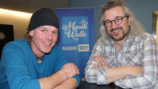 Zwei Männer im Radiostudio.