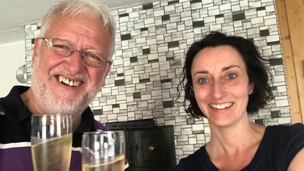 Ein Mann und eine Frau mit Champagner-Gläsern.