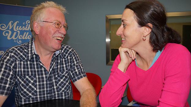 Ein Mann und eine Frau im Gespräch.