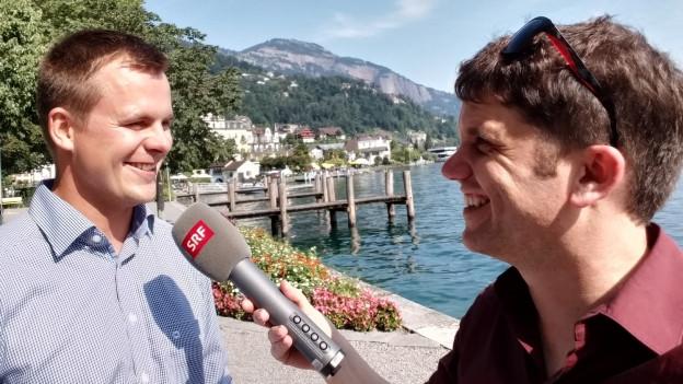 Fabio Küttel (links) im Interview mit Roman Portmann: «Mit Jugendlichen zusammenzuarbeiten 'fägt' einfach», sagt der 32-Jährige.