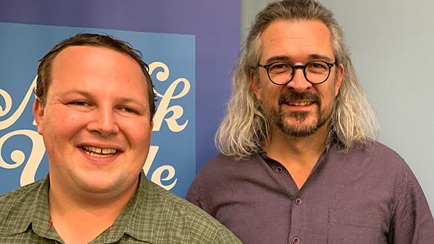 Zwei Männer posieren für einen Schnappschuss.