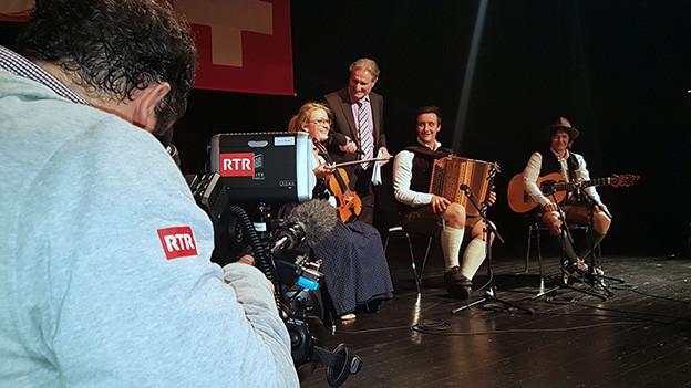 Ein Moderator interviewt eine Volksmusikformation.
