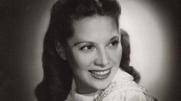 Schwarz-Weiss-Fotografie mit dem Porträt einer jungen Frau.