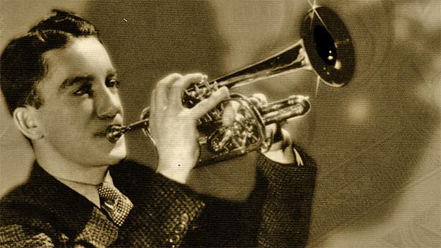 Ein junger Mann spielt Trompete.
