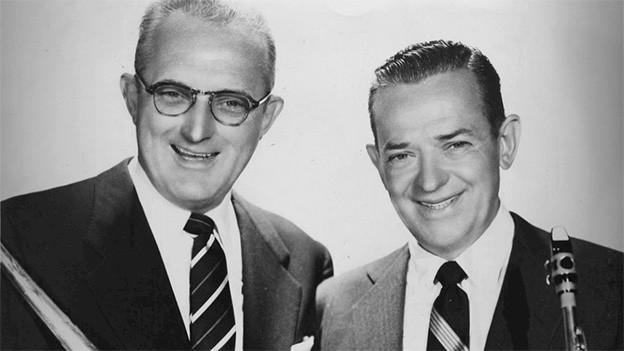 Schwarz-Weiss-Fotografie mit zwei Musikern.