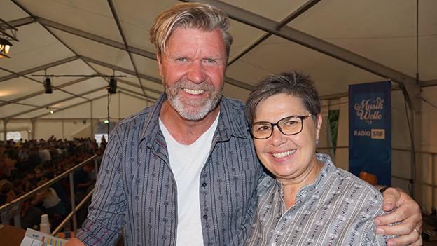 Ein Mann und eine Frau in Edelweiss-Hemden.