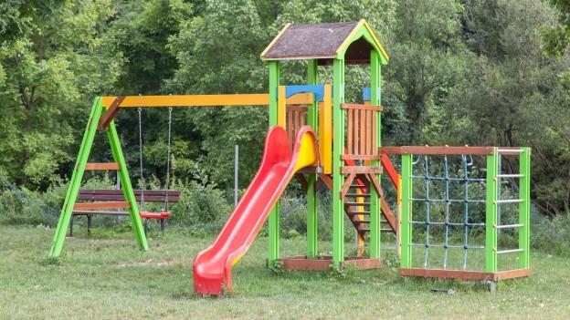 Ein farbenfroher Spielturm.