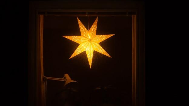 Ein leuchtender Stern am Fenster.