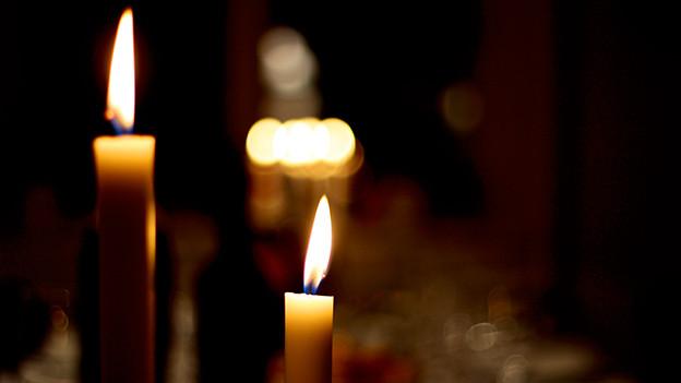 Zwei Kerzen auf einem Tisch.