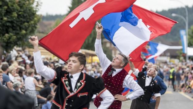 Fahnenschwinger waehrend dem Festumzug beim 62. Zentralschweizer Jodlerfest vom Sonntag, 24. Juni 2018 in Schoetz im Kanton Luzern.