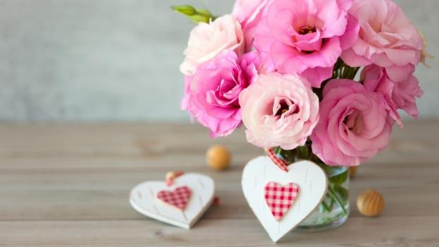 Ein Rosenstrauss und Herze.