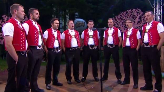 Das Doppelquartett «Pfiifestier» singen bei einem Auftritt in der Sendung «Potzmusig».