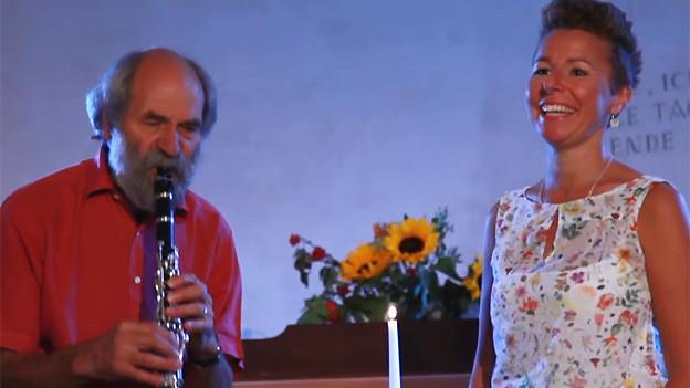 Klarinettist und Sängerin in einer Kirche.