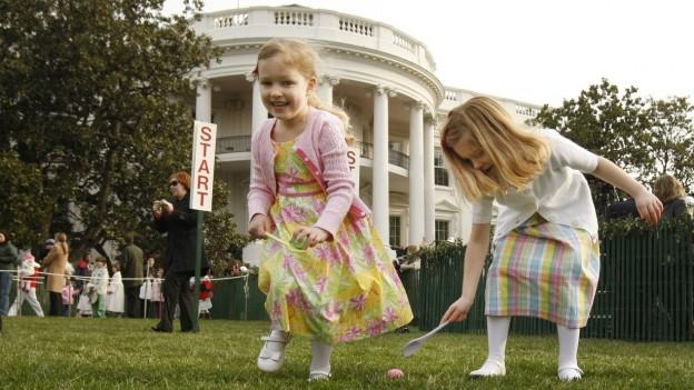 Das Eierrollen ist ein spielerisches Rennen, beim dem Kinder hartgekochte Eier mit einem langstieligen Löffel vor sich her rollen.