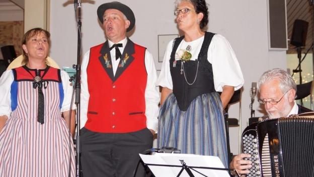 Das Jodelterzett Antoinette Crawley-Ammann, Röbi Küttel und Annegret von Bergen werden am Akkordeon von Willi Valotti begleitet.