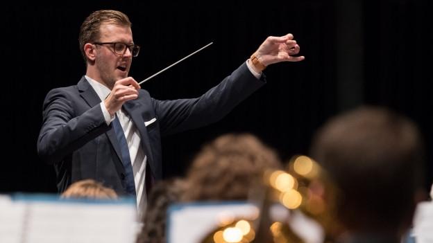 Als Dirigent ist es Sandro Blank wichtig, die Freude an der Musik zu vermitteln.