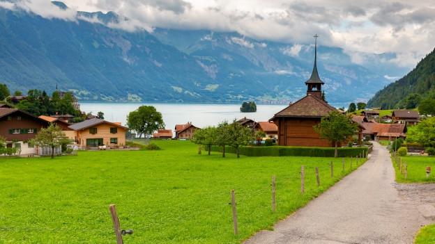 Schöne Landschaft in Interlaken mit einem Weg zu einer Kapelle.