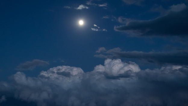Der Vollmond leuchtet am Himmel.