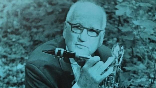Wilfried Aegerter mit seinem Saxophon in der Hand.