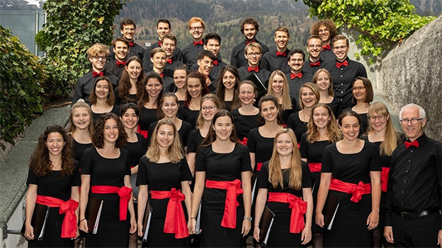 Ein Chor mit jungen Sängerinnen und Sängern.