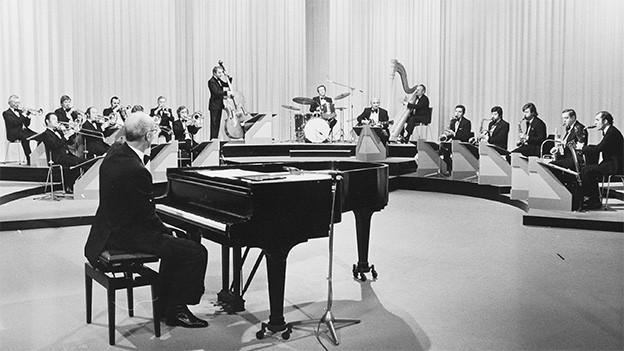 Ein Orchester während eines Auftritts.