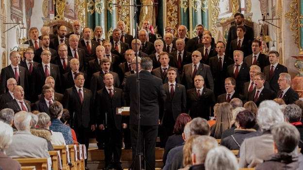 Ein Männerchor in einer Kirche.