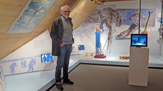 Ein Mann in einem Ausstellungsraum.